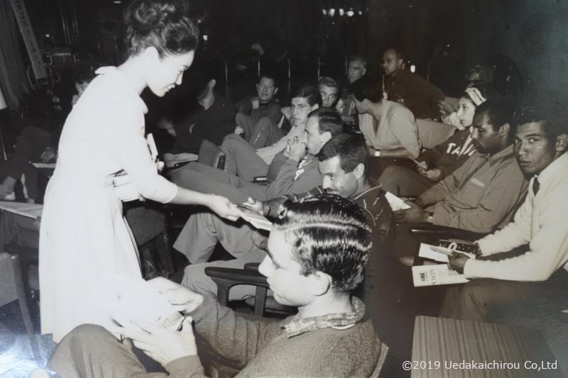 1964年10月16日代々木選手村インターナショナルクラブに於いて上田美枝きものショー パンフレットを受け取るアベベ選手