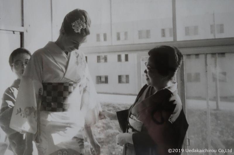 1964東京オリンピック開催中の代々木選手村で、上田美枝考案の「おくみ」のない着物を着せてもらった選手