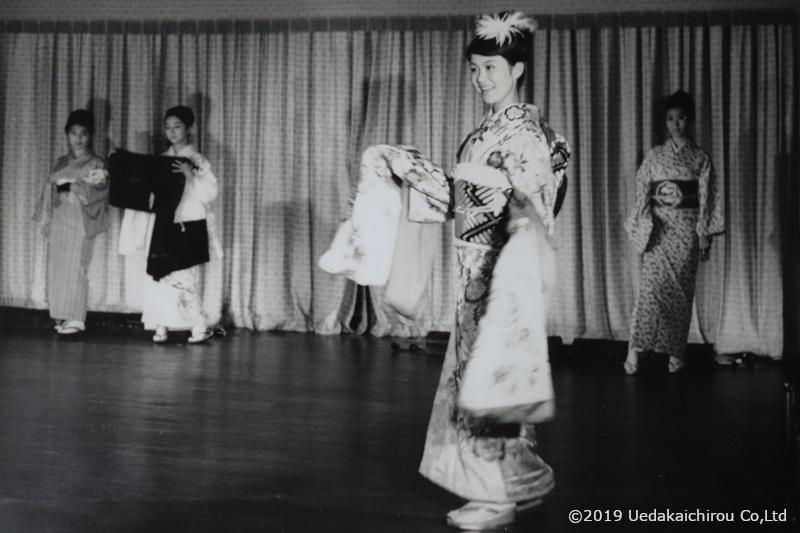 1964年10月16日代々木選手村インターナショナルクラブに於いて上田美枝きものショー 産着から、七五三成人式、婚礼など、人の成長過程を着物を通して紹介