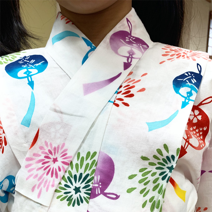 子供浴衣の着付け方STEP1:浴衣を羽織って衿を合わせる